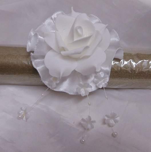 csuklódísz fehér rózsával